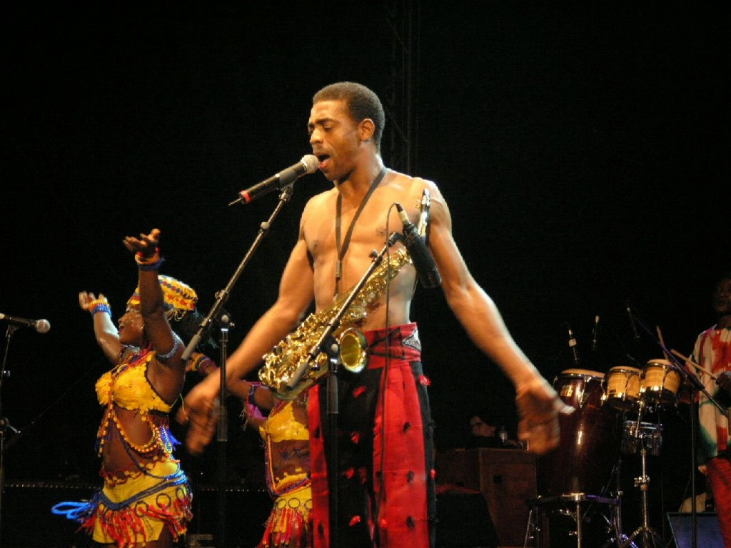femi-kuti-signs-for-chocolate-city-eGist-1